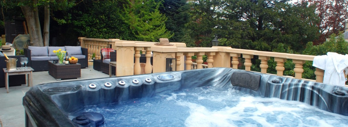 Large premium <strong>hot tub</strong>
